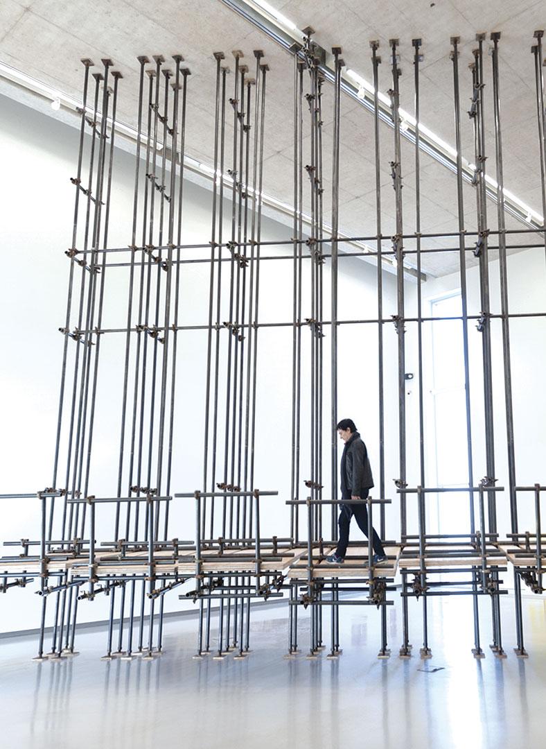 Prueba de tensión | 900 x 244 x 1160 | Plywood, iron piping and scaffolding clumps