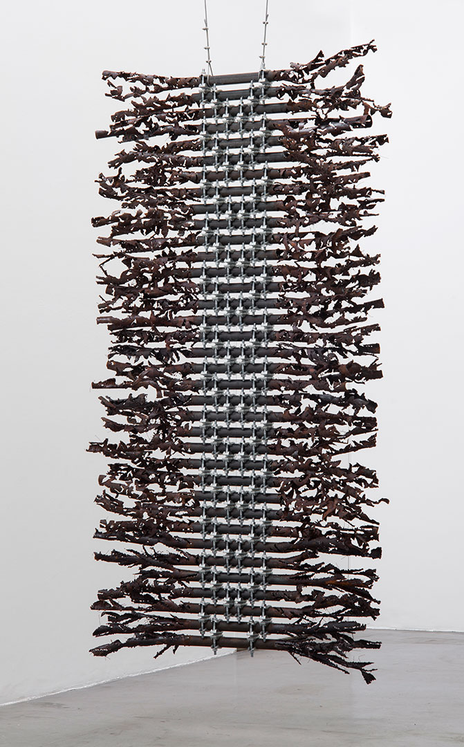 Cortina | 2018 | Iron pipes and scaffolding clamps | 270 x 140 x 44 cm