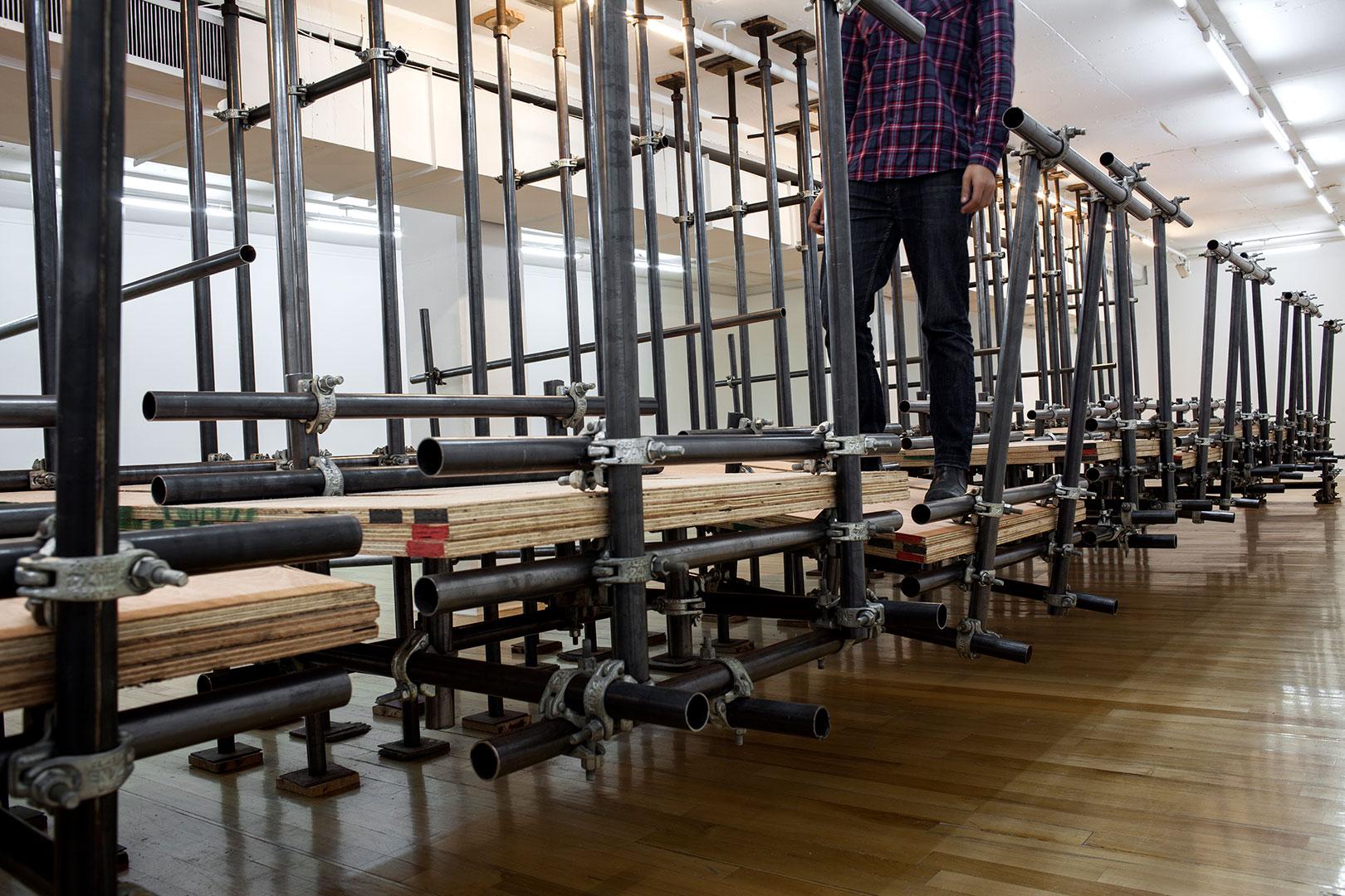 Prueba de tensión | 220 x 600 x 1100 cm | Plywood, iron piping and scaffolding clumps